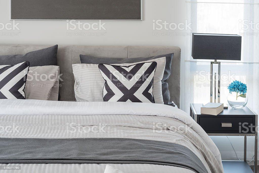 Camera Da Letto Bianco E Nero : Bianco e nero camera da letto stile moderno con una lampada nero