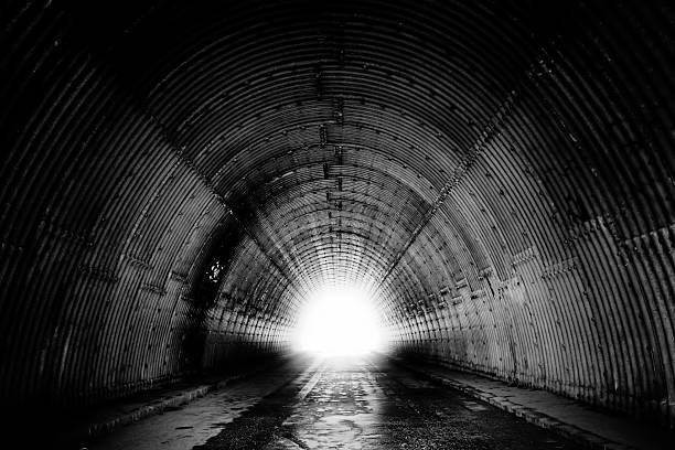 schwarz und weiß von tunnel - tunnel stock-fotos und bilder