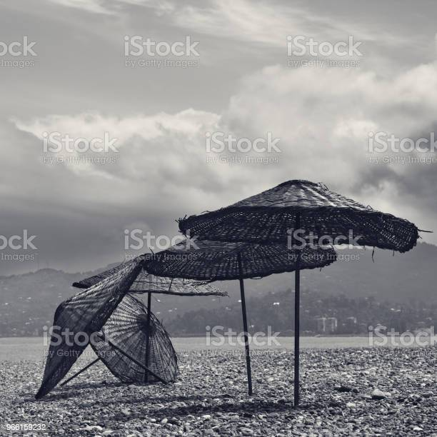 Schwarz Weiß Alten Sonnenschirm Am Einsamen Strand Stockfoto und mehr Bilder von Alt
