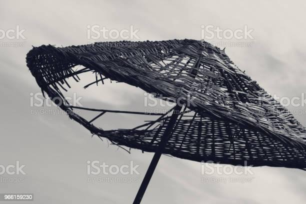 Schwarz Weiß Alten Sonnenschirm Mit Loch Stockfoto und mehr Bilder von Alt
