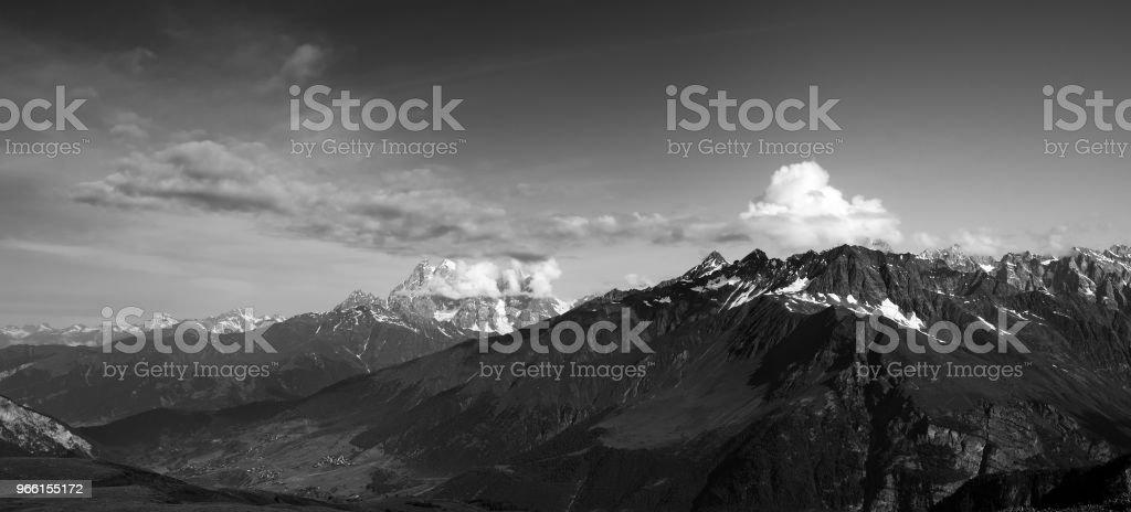 Black and white panorama of summer mountain - Royalty-free Aldeia Foto de stock