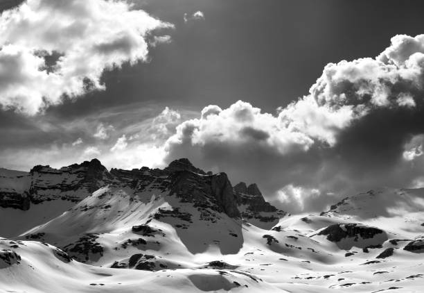 Black and white panoramic view of snow mountains - foto stock