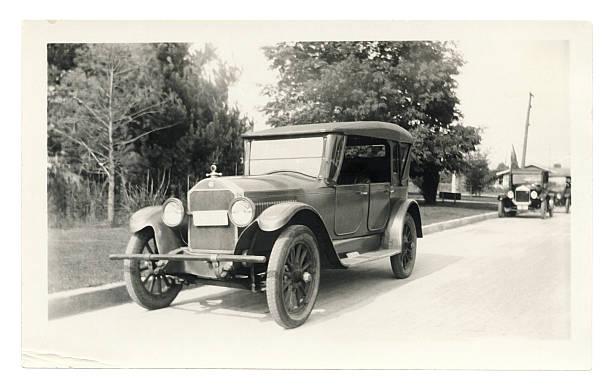 schwarze und weiße foto von einer alten auto - 20er jahre stock-fotos und bilder