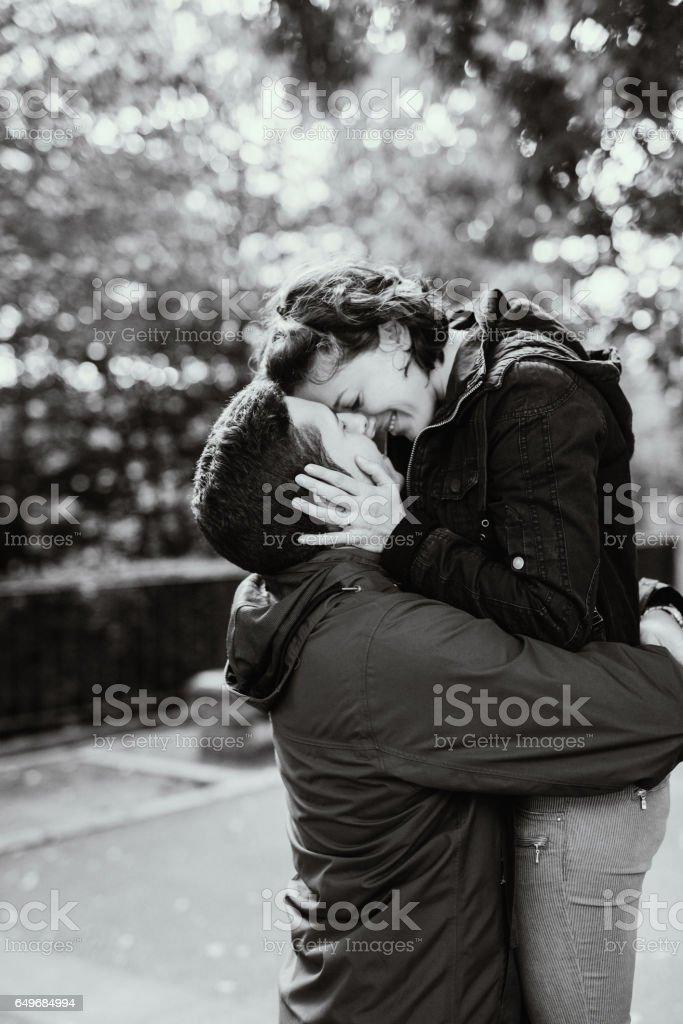 Photo noir et blanc du couple s'embrassant - Photo