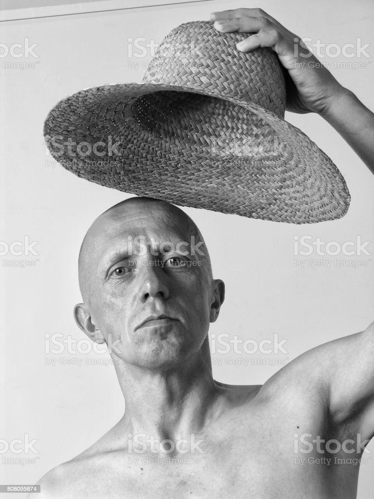 f98926753b101 Noir et blanc portrait d'un homme chauve avec un chapeau de paille photo  libre