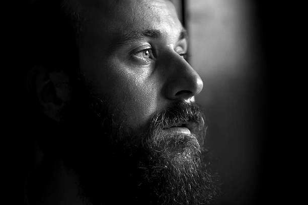 bianco e nero ritratto di grave uomo, vista laterale - near foto e immagini stock