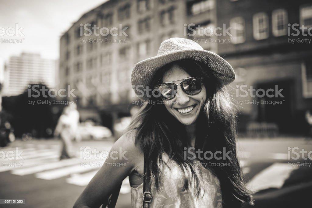 Retrato En Linda Blanco Negro Gafas Y Sol Con Chica Sonriente De SVpzMU