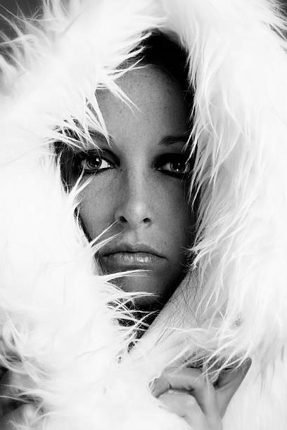 Blanco y negro Retrato de mujer modelo en carcasa blanca - foto de stock