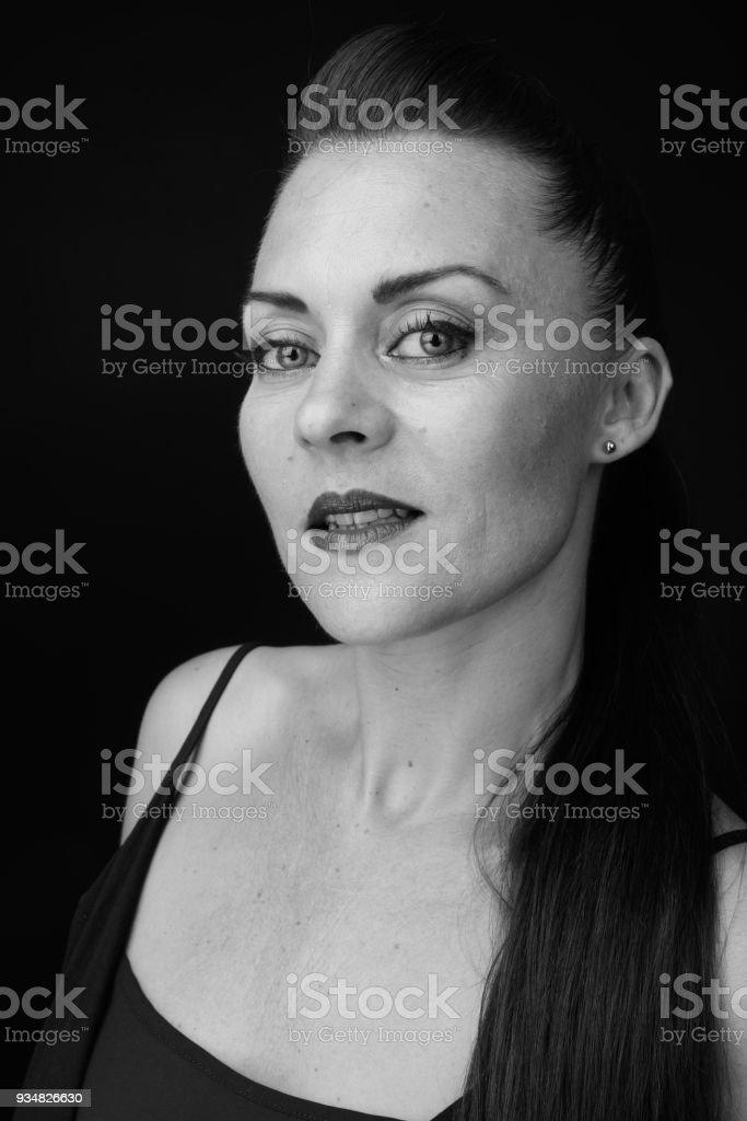 검은색에 대 한 여자의 흑백 초상화 - 로열티 프리 35-39세 스톡 사진