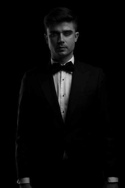 schwarz / weiss portrait der jungen mann im smoking - bräutigam anzug vintage stock-fotos und bilder