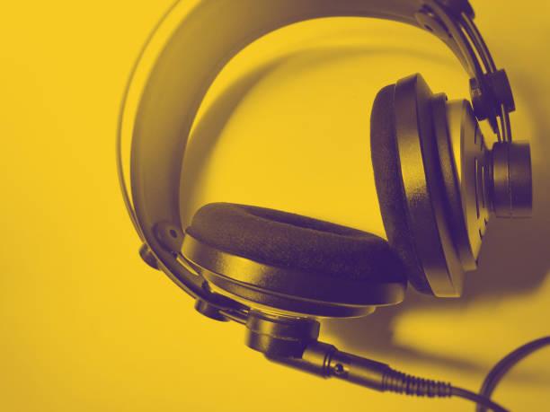 black and white professional headphones - słuchawka nauszna zdjęcia i obrazy z banku zdjęć