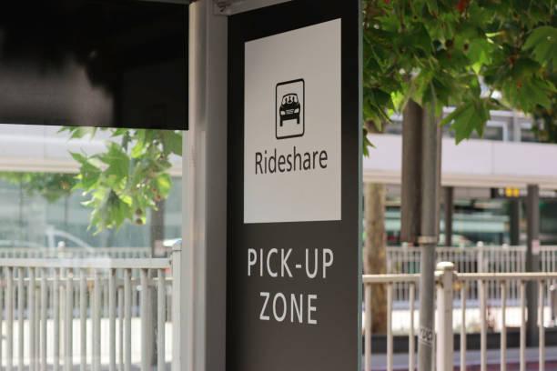 en blanco y negro paseo compartir signo de zona de recogida - uso compartido del coche fotografías e imágenes de stock