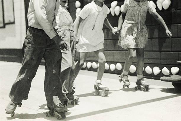 schwarz und weiß roller stehen. - 20er jahre stock-fotos und bilder