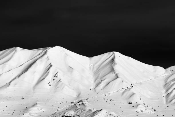 Black and white snowy winter mountains - foto stock