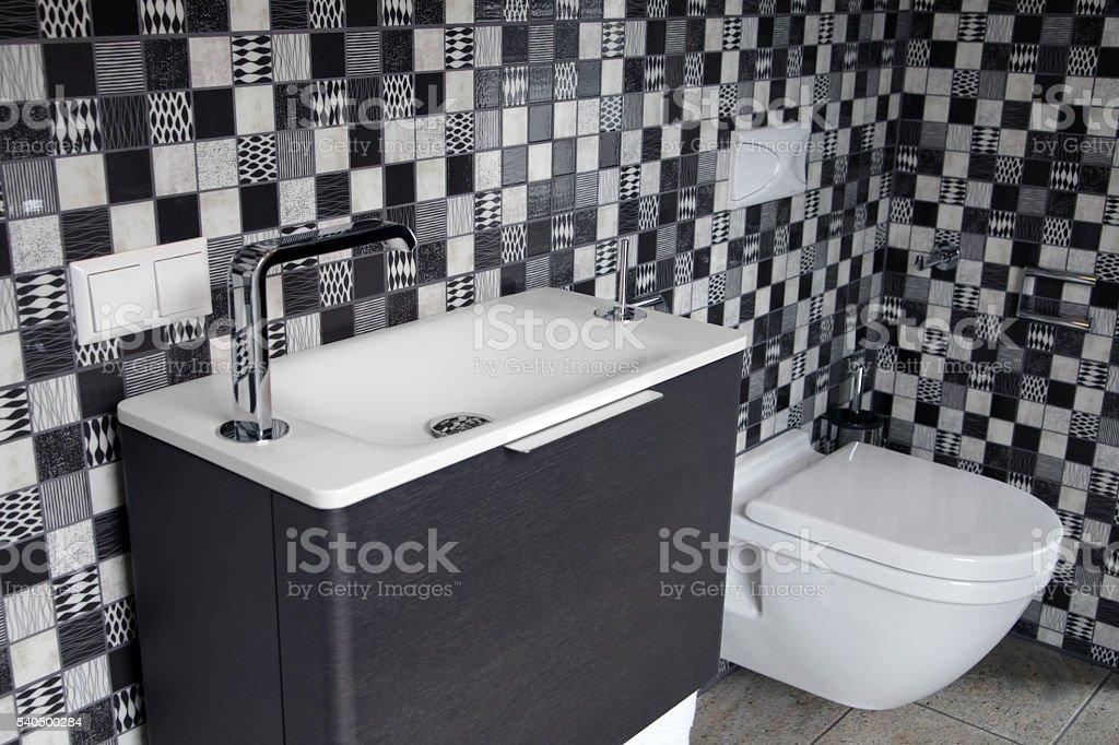 Bagno con piastrelle bianco e nero con trattamento bassin