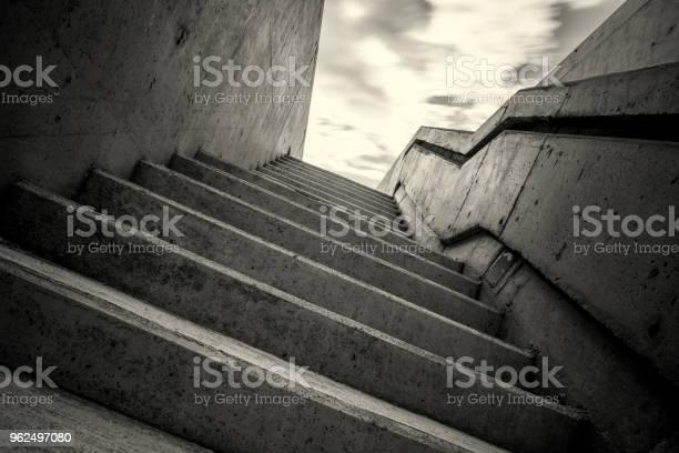 Foto de Preto E Branca Escadaria Subterrânea e mais fotos de stock de Abstrato