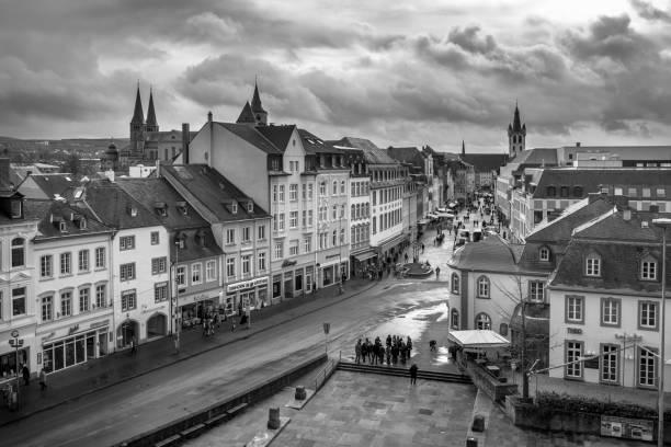 noir et blanc vue sur trèves - palais buccal photos et images de collection