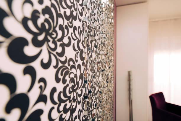schwarz-weiß-tapete mit ornament an wand - damast wand stock-fotos und bilder