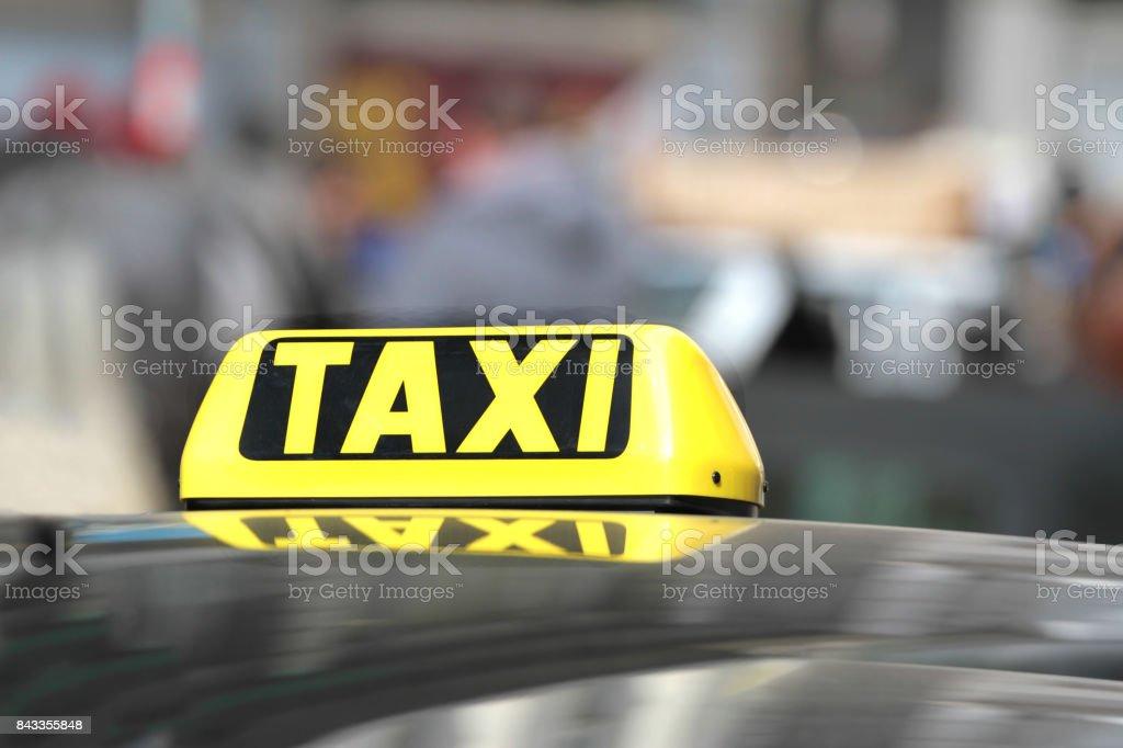 Schwarze und gelbe Taxischild. – Foto
