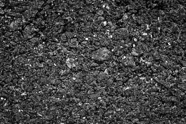 zwarte asfalt textuur. asfaltweg. steenasfalt textuur achtergrond zwart granieten grind. - grind stockfoto's en -beelden