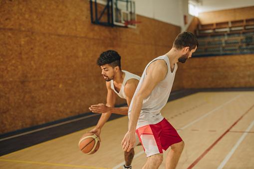 Svart Idrottsman Dribblingar Hans Motståndare På Basket Match I Sporthallen-foton och fler bilder på Afroamerikanskt ursprung