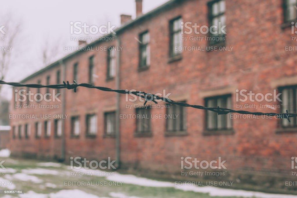 Schwarzen Stacheldraht gegen einen Block im KZ Auschwitz – Foto