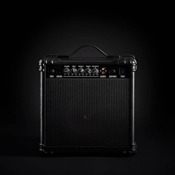 黑低音吉他放大器在黑背景圖像檔
