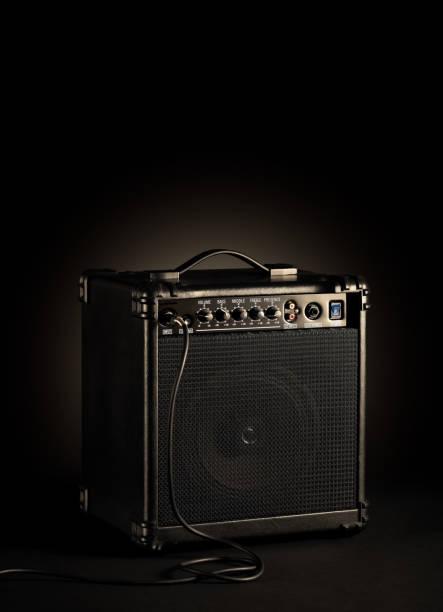 黑低音吉他放大器在黑色背景上插入一根繩子圖像檔