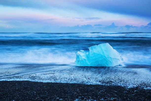 Schwarzer Strand mit Eisbergen – Foto