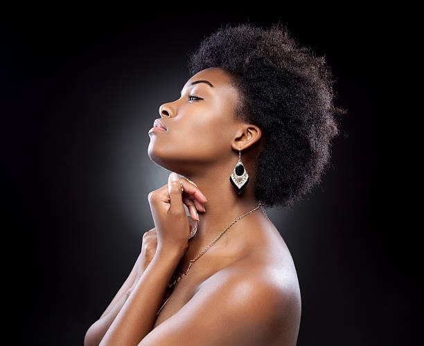 noir belle femme avec une coiffure afro - black beauty photos et images de collection