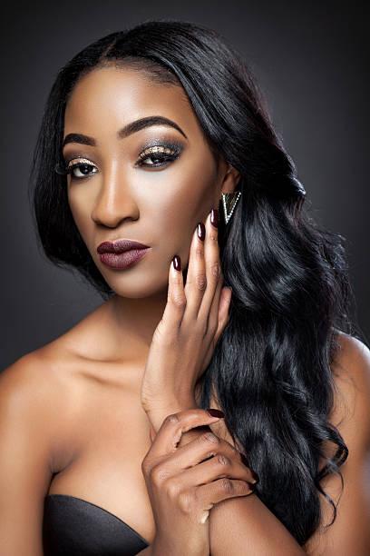 블랙 아름다운 가진 여자 럭셔리하다 curls) 로 작동된다 - 검정 머리 뉴스 사진 이미지