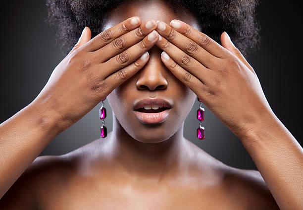 noir beauté avec les deux mains devant les yeux - black beauty photos et images de collection