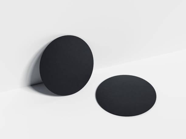 schwarzen bierdeckel. 3d-rendering - untersetzer stock-fotos und bilder