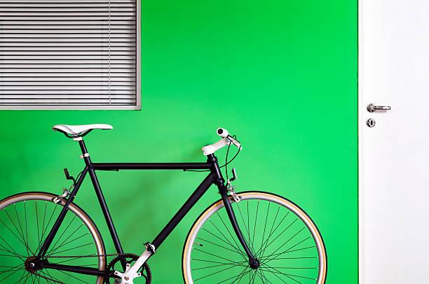 bicicleta pared, negro, verde - bastidor de la bicicleta fotografías e imágenes de stock