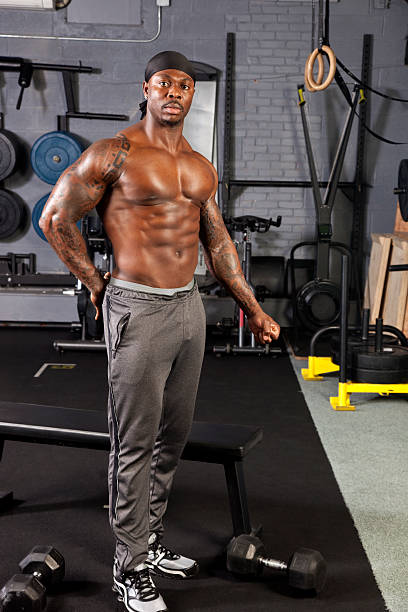 black-body builder in intensiven training kleidung beeindruckende eine pose - sternum tattoo stock-fotos und bilder