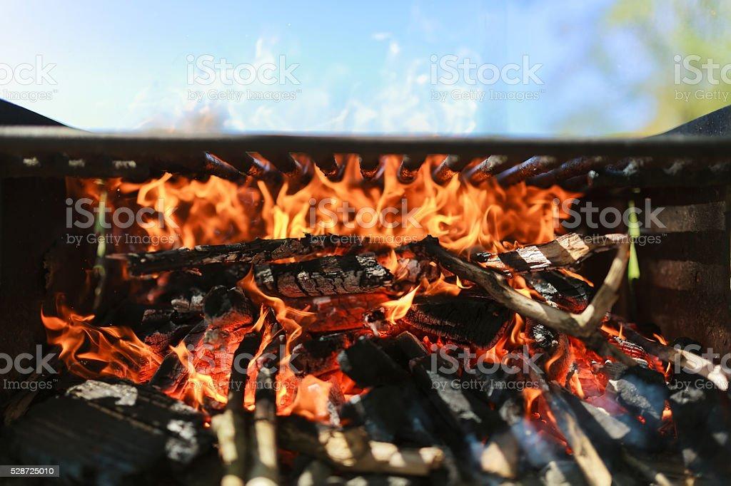 Nero antracite bruciate griglia barbecue con fuoco naturale