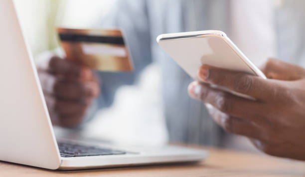zwarte zakenman betalen zijn rekeningen online met behulp van app in smartphone - snavel stockfoto's en -beelden
