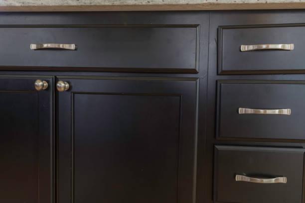 schwarzen kabinett detail schuss - griffe für küchenschränke stock-fotos und bilder