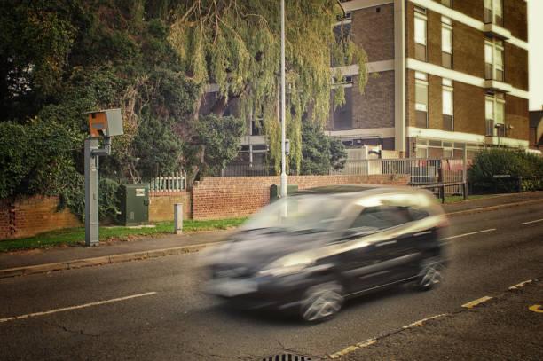 schwarzes auto und geschwindigkeit kamera - geschwindigkeitskontrolle stock-fotos und bilder