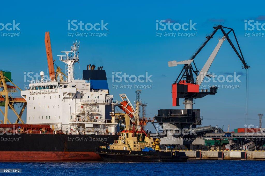 Black cargo ship mooring foto stock royalty-free