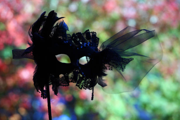 black carnaval mask herbst straße - geheime garten parties stock-fotos und bilder