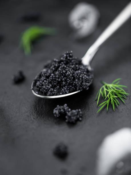 caviar negro como disparo de primer plano detallado, enfoque selectivo - caviar fotografías e imágenes de stock