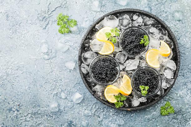 negro caviar sobre hielo - caviar fotografías e imágenes de stock