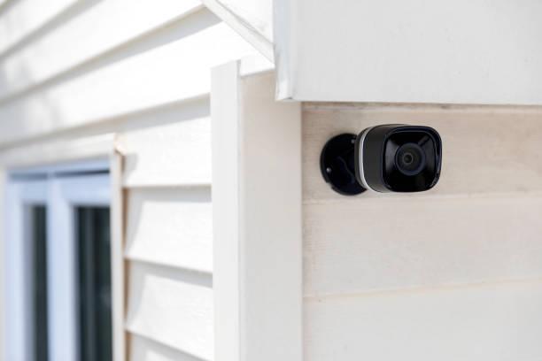 zwarte cctv buiten het gebouw, huis veiligheidssysteem - bewakingscamera stockfoto's en -beelden