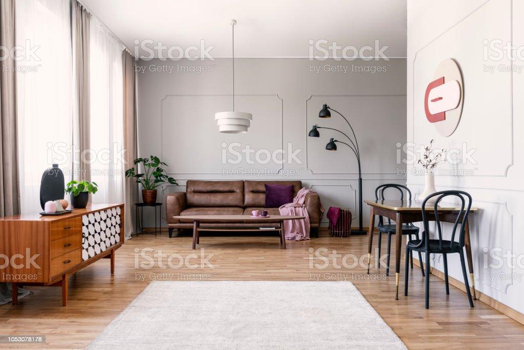 Schwarze Stuhle Am Tisch In Der Nahe Von Holzgehause In