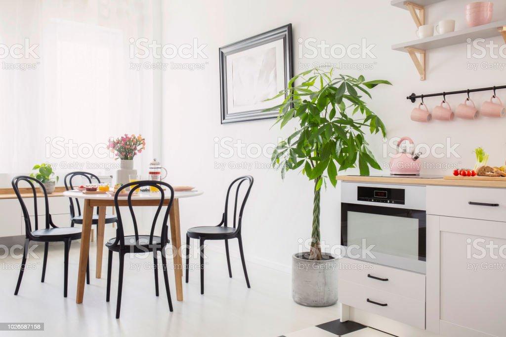 Witte Tafel Zwarte Stoelen.Zwarte Stoelen Aan Tafel Met Bloemen In Witte Eetkamer