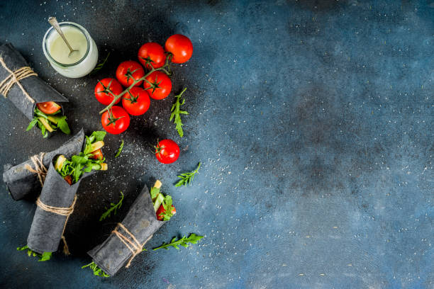 schwarz anthrazit wraps - veggie wraps stock-fotos und bilder