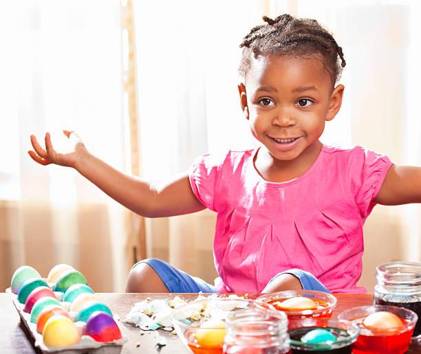 black child färbevorgang ostern eier - zum totlachen stock-fotos und bilder