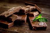 木製の背景にミントとブラック チョコレートのデザイン