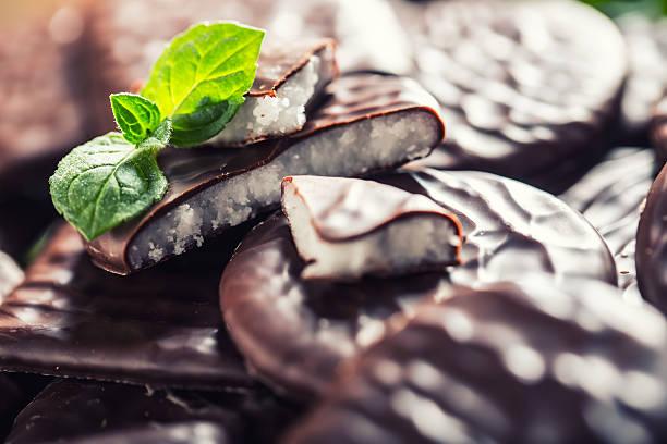 schwarze schokolade und pfefferminz-creme. menthol mousse mit minze blätter - pfefferminzschokolade stock-fotos und bilder